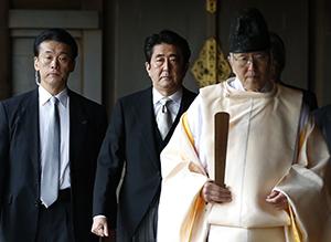 Shinzo Abe visitando Yasukini