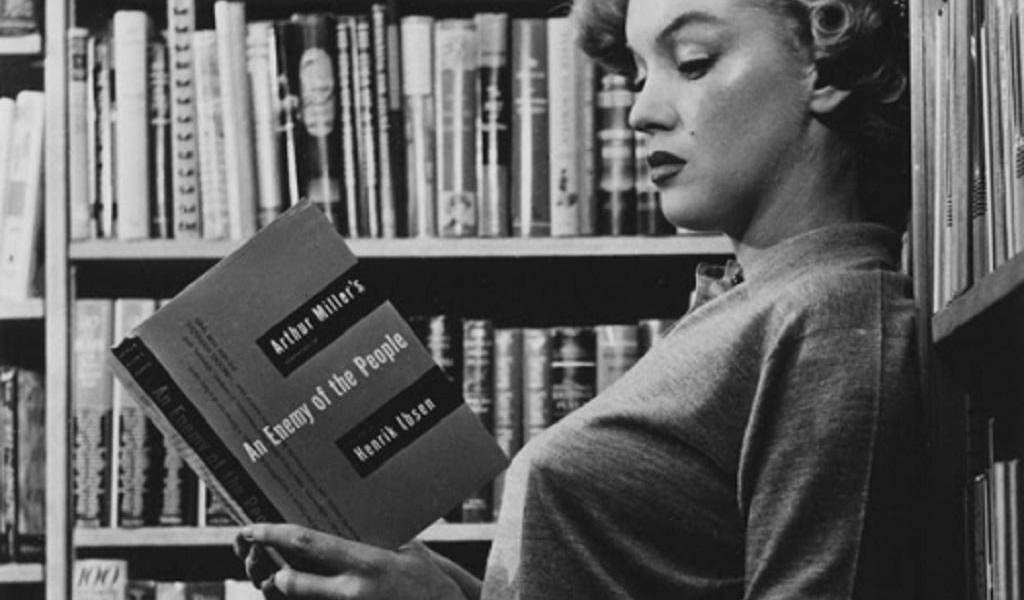 Marilyn Monroe leyendo a Arthur Miller