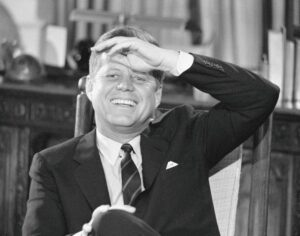 John Fitzgerald Kennedy riendo