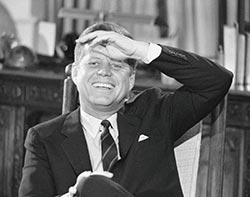 John-Fitzgerald-Kennedy-riendo