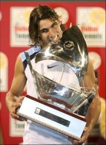 Rafael Nadal con el trofeo de Dubai 2006