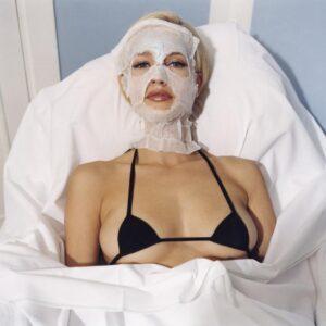 Bettina Rheims – Karen Mulder with a very small Chanel bra, janvier 1996, Paris