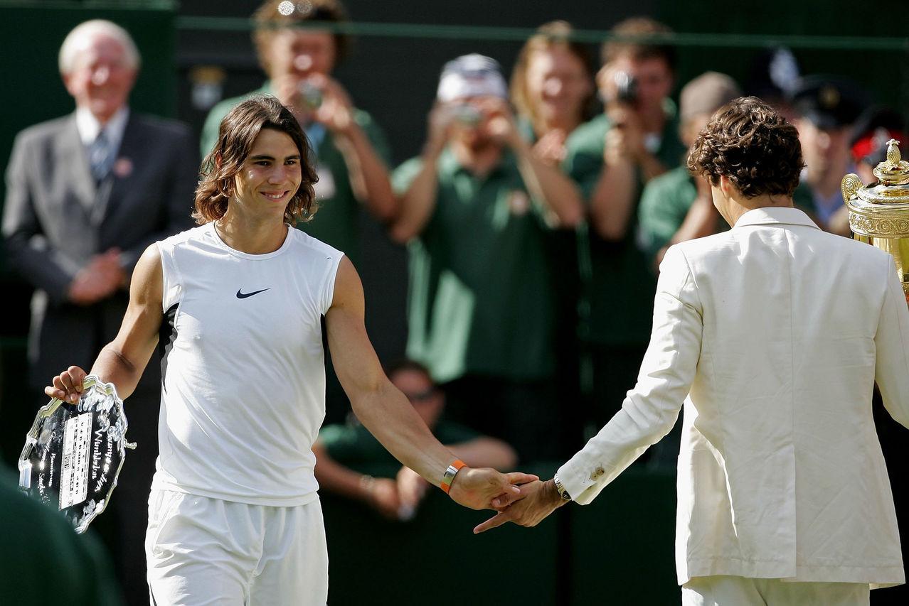 Nadal saluda a Federer con los trofeos