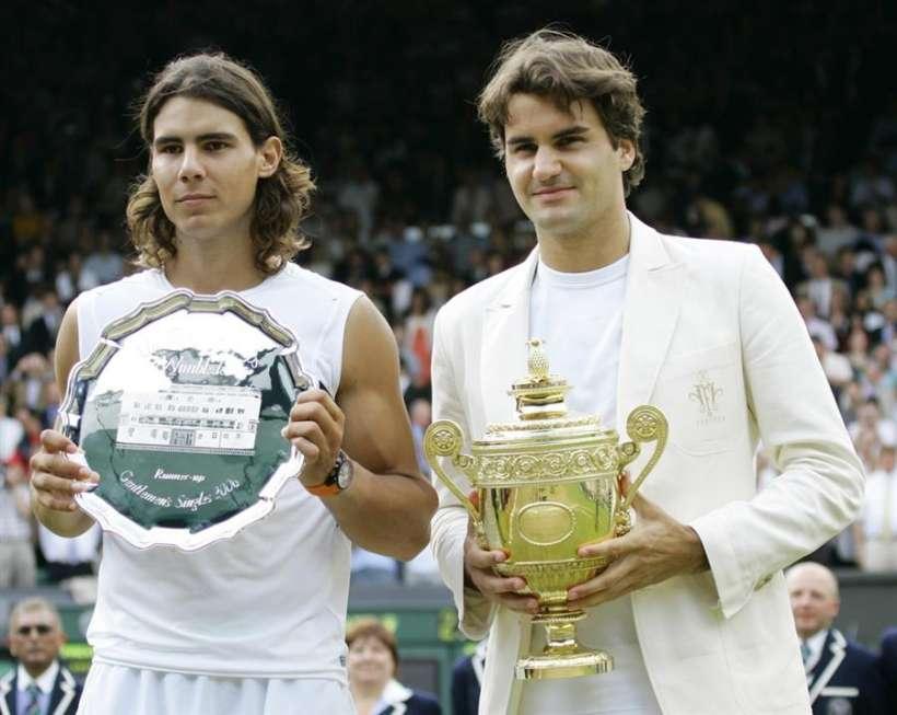 Nadal y Federer con los trofeos
