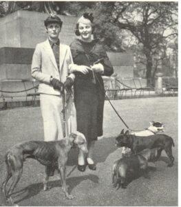 Diana y Deborah Mitford con sus perros