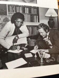 Jessica Mitford con Maya Angelou